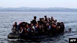 Уцекачы і мігранты плывуць праз Эгейскае мора на гумовай лодцы. 9.09.2015