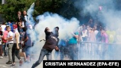 Хуан Гуайдо беше издигнат за временен президент на фона на масови протести срещу Николас Мадуро.