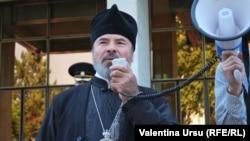 Episcopul Marchel, la un protest împotriva legii nediscriminării, în faţa Parlamentului