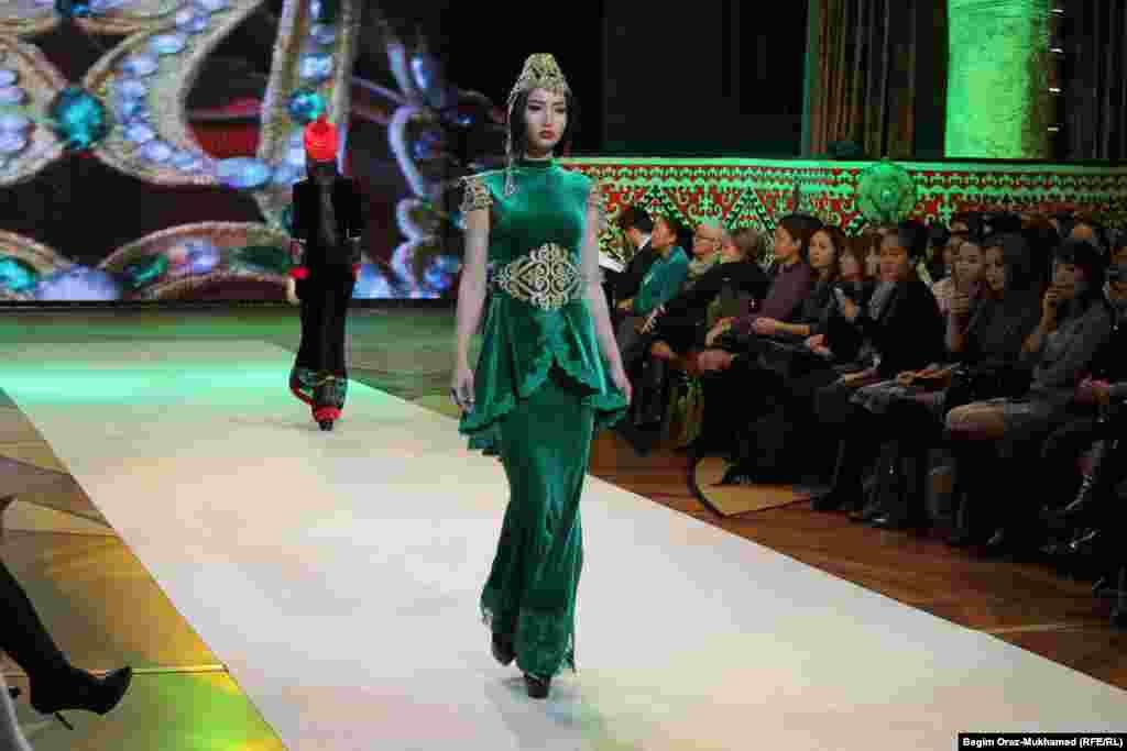 Модели показывают одежду дизайнеров Сауле Распаевой и Жанны Бектемисовой.