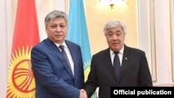 Главы МИД Кыргызстана и Казахстана Эрлан Абдылдаев (слева) и Ерлан Идрисов.