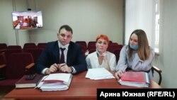 Вдова пилота Анастасия Ахметова (в центре) с адвокатами на заседании в суде Омской области
