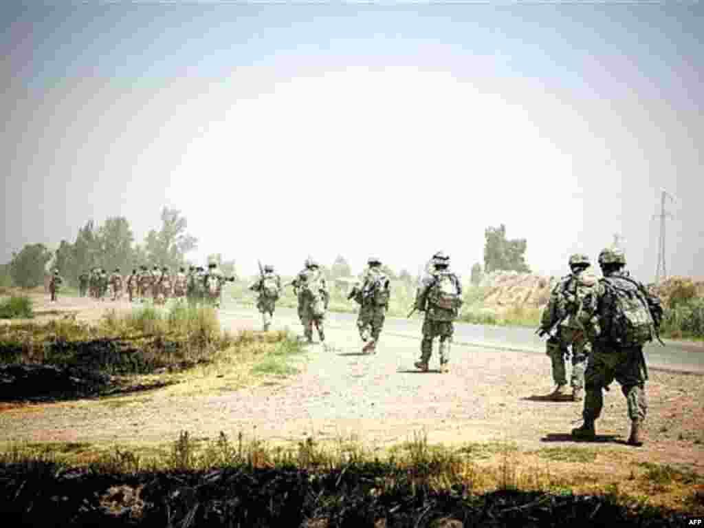 К концу второго президентского срока Буша обученные США и вооруженные на их деньги иракские силы безопасности наконец стали пригодны для использования в условиях реального боя. Совместное патрулирование под Баакубой. 1 августа 2007