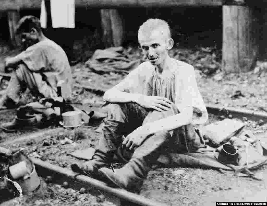 """შიმშილით სიკვდილის პირას მისული რუსი ჯარისკაცი. ფოტოს კონტექსტი ნათელი არ არის, მაგრამ მას შემდეგ, რაც ლენინმა რუსეთი პირველი მსოფლიო ომიდან გაიყვანა, """"ამერიკის წითელმა ჯვარმა"""" ერთ-ერთ მთავარ ამოცანად დაისახა გერმანიისა და მისი მოკავშირეების სამხედრო ტყვეთა ბანაკებიდან გაშვებული რუსი ჯარისკაცების დახმარება."""