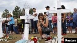 На месте трагедии в пригороде Денвера, Колорадо.