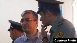 Лидер движения РЕАЛ Ильгар Мамедов с конвойными, 20 сентября 2013