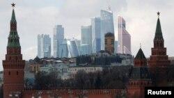 Илустрација: На фотографија е прикажан ѕидот на Кремљ и Меѓународниот бизнис центар во Москва. 27 февруари 2016 година.