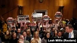 Сенат комитетинин олтурумуна Майк Помпео Мамлекеттик катчылыкка бекишине каршылык билдирип келгендер да болду. 12-апрель, 2018-жыл.