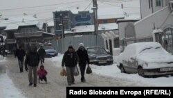 Жители на ромската наслеба Шутка во Скопје.