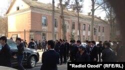 Митингующие перед зданием посольства Турции в Душанбе