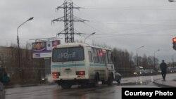 Автобусы с молодежью у избирательного участка