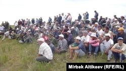 Акции протеста жителей села Кок-Сай Таласской области Кыргызстана, перекрывших поступление воды в канал, ведущий в Казахстан. 8 июля 2013 года.