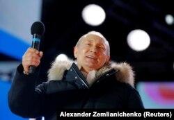 پوتین در جمع هوادارانش بیرون کاخ کرملین