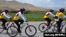 آرشیف، مسابقه بایسکلرانی دختران در بامیان. عکس جنبه تزئینی دارد