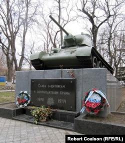 Симферопольде тұрған танк.