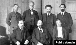 Адольф Йоффе (в центре внизу)