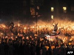 Şotlandiyada festivalda tarixi vikinq döyüşçüsünün bənzəri.