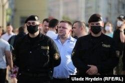 Аляксандар Барсукоў (у цэнтры) падчас акцыі пратэсту 19 чэрвеня
