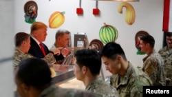 Presidenti Trump u ka shërbyer ushqim ushtarëve amerikanë për nderë të Festës së Falënderimeve.