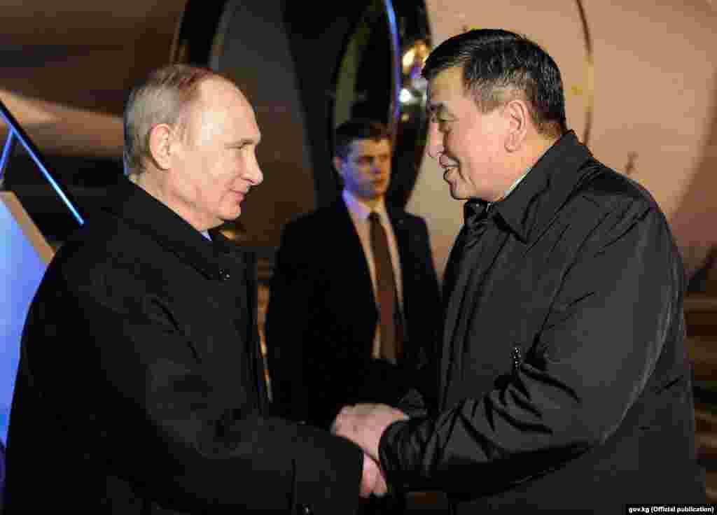 Премьер-министр Сооронбай Жээнбеков встретил в аэропорту президента России Владимира Путина.