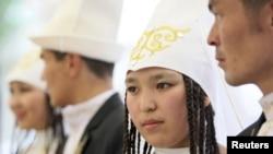 Невесты и женихи на церемонии бракосочетания в Бишкеке. Иллюстративное фото.