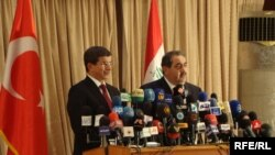 جانب من المؤتمر الصحفي المشترك الذي عقده وزير الخارجية العراقي هوشيار زيباري مع نظيره التركي أحمد داود أوغلو في بغداد، 31 آب 2009