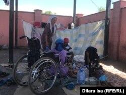 Семья таджикских мигрантов обедает на автовокзале.