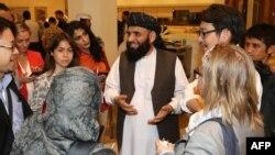سخنگوی گروه طالبان (وسط) در قطر