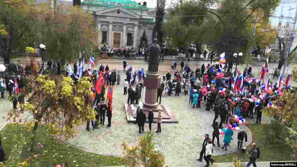 В Севастополе празднование Дня народного единства началось с возложения цветов к вечному огнюу Мемориала героической обороны Севастополя 1941-1942 годов