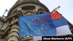 Zastava EU i Srbije ispred Skupštine Srbije, Beograd