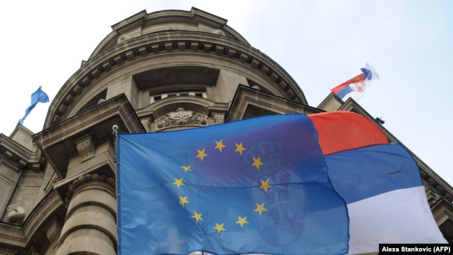 Srbija ide prema EU: Drecun (na fotografiji: zastava EU i Srbije na zgradi Skupštine Srbije)