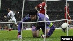 Вратарь сборной Чехии Петр Чех только что пропустил гол от португальца Криштиану Роналду. Варшава, 21 июня 2012 г