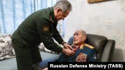 Министр обороны РФ Сергей Шойгу награждает последнего министра обороны СССР. 4 февраля 2020 года.