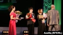 Бүләкләнүчеләр - Камал артистлары Ләйсән Рәхимова, Люция Хәмит һәм Раушания Юкачева