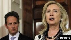 Американската државна секретарка Хилари Клинтон и министерот за финансии Тимоти Гајтнер.