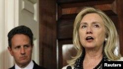 Тимоти Гартнер (министер за финансии) и Хилари Клинтон ( државен секретар на САД)