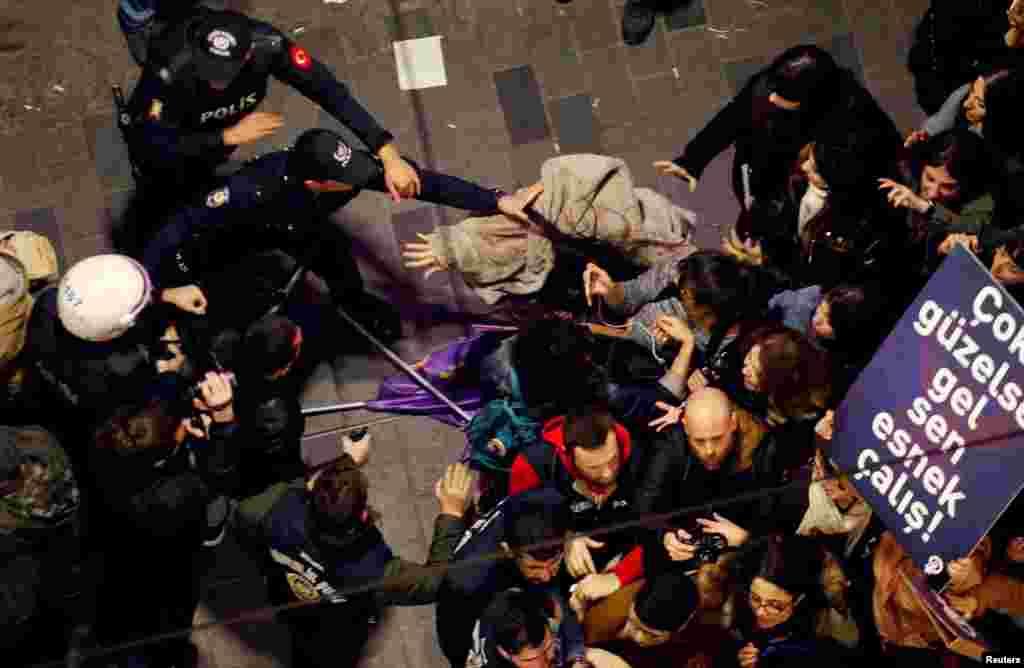 Сблъсъците между полицията и събралите се жени по време на шествие за международния ден на жената. Полицията е използвала сълзотворен газ, за да разпръсне тълпата.