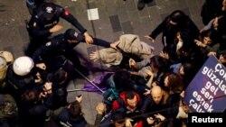 Полицията разпръсна със сълзотворен газ марша по време на Международния ден на жената.