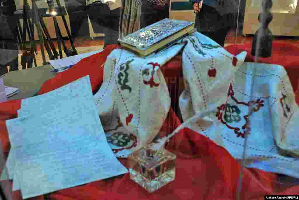 В центре экспозиции — автограф Абая. Это сочинение «Несколько слов о происхождении казахов» на четырех листах, признанное учеными как рукопись Абая. Сверху — «Слова назидания» Абая, декорированные в 1996 году ювелиром Ж. Сагимбаевым.