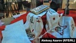 На выставке «Мир Абая». Сверху – «Слова назидания» Абая, декорированные в 1996 году ювелиром Ж. Сагимбаевым. Алматы, 30 сентября 2015 года.