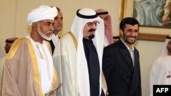 محمود احمدینژاد دست در دست ملک عبدالله و سلطان قابوس در حاشیه اجلاس شورای همکاری خلیج فارس در دوحه قطر در زمستان ۸۶