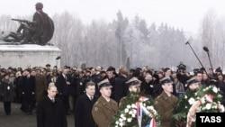 Поляки стремятся поддерживать порядок на кладбищах советских воинов. Бывший президент Александр Квасьневский с Владимиром Путиным на церемонии памяти