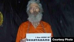 رابرت لوینسون با نوشتهای درباره زندان گوآنتانامو