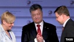 Глава Национального банка Украины Валерия Гонтарева (слева), президент Украины Петр Порошенко (в центре), вице-президент Европейской комиссии Валдис Домбровскис на саммите в Риге, 22 мая 2015 года.