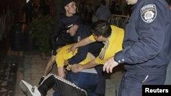 Польша полициясы төбелесіп жатқан Ресей мен Украина жанкүйерлерін ажыратып тұр. Львов, 8 маусым 2012 жыл