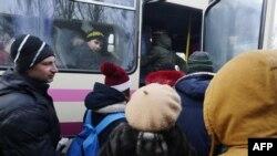 Місцеві жителі чекають евакуації з Авдіївки, 1 лютого 2017 року
