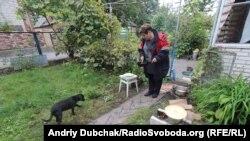 Жителька Калинівки готує їжу на вогні через відсутність газопостачання, 28 вересня 2017 року