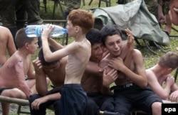 Заложники, оставшиеся в живых в Беслане. 3 сентября 2004 года..