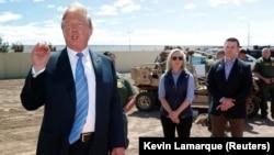 Donald Trump sərhəddə aparılan tikinti işləri ilə tanış olur, 5 aprel 2019, Kaliforniya.