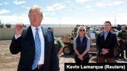 Президент США Дональд Трамп на границе с Мексикой в штате Калифорния, 5 апреля 2019 года.